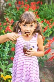 Dziecko zjada zdjęcie lato miodu