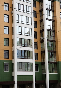 Dziedziniec architektury miejskiej nowoczesnego apartamentowca