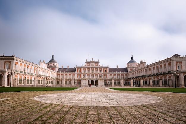 Dziedziniec pałacu królewskiego aranjuez w regionie madrytu