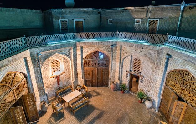Dziedziniec średniowiecznego karawanseraju w bucharze w uzbekistanie. azja centralna