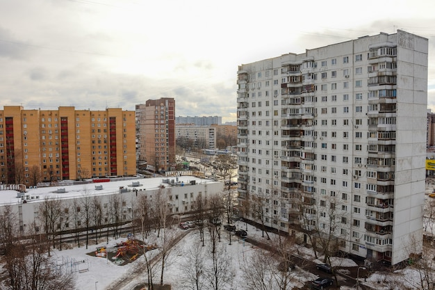 Dziedziniec w dzielnicy mieszkalnej, widok na szary budynek mieszkalny