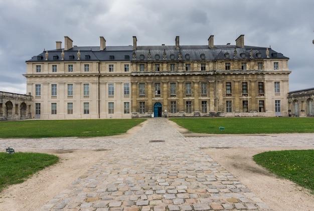 Dziedziniec zamku vincennes w paryżu. francja. chateau de vincennes - królewska forteca z xiv - xvii wieku