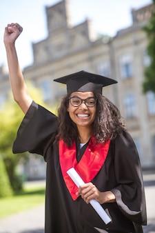 Dzielenie się dobrą wiadomością. młody absolwent czuje się szczęśliwy i podekscytowany rozmową wideo