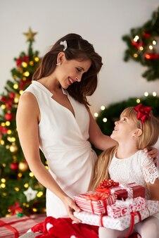 Dzielenie się matką z prezentami córki