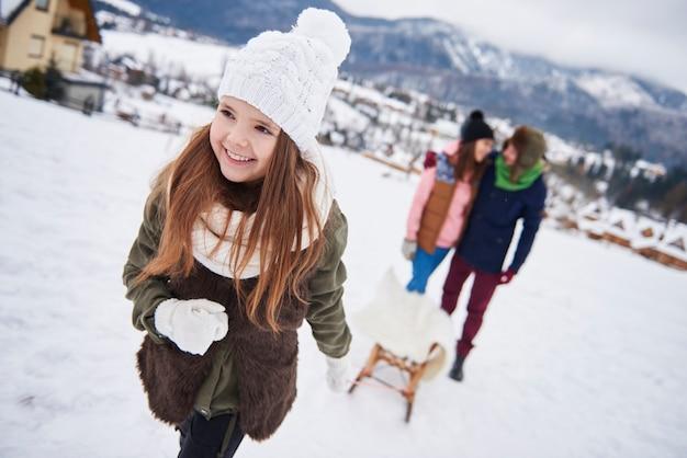 Dzielenie się zabawami na śniegu z rodziną