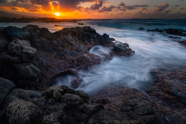 Dzielne wybrzeże z północnej części teneryfy obok punta hidalgo, wyspy kanaryjskie, hiszpania.