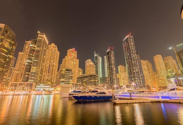 Dzielnica dubai marina 9 sierpnia w zjednoczonych emiratach arabskich. dubaj jest szybko rozwijającym się miastem na bliskim wschodzie