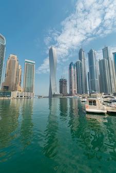 Dzielnica dubai marina 9 sierpnia w zjednoczonych emiratach arabskich. dubaj szybko się rozwija