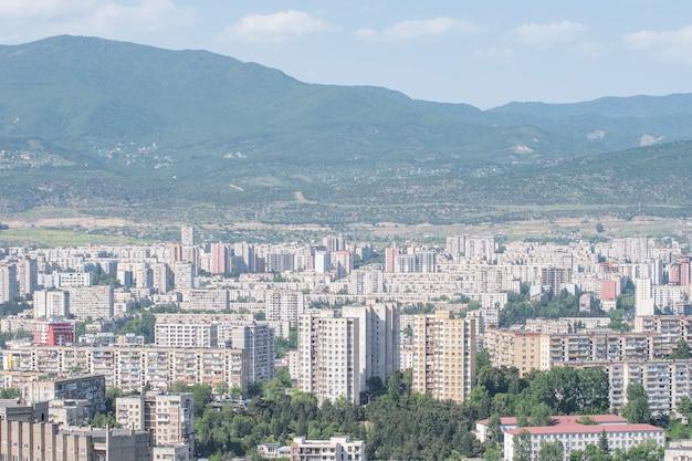 Dzielnica mieszkalna tbilisi z wielopiętrowymi budynkami w gldani i mukhiani