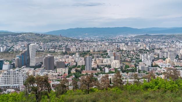 Dzielnica mieszkalna tbilisi z wielopiętrowymi budynkami