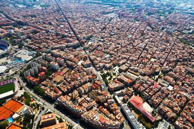 Dzielnica mieszkaniowa od helikoptera. barcelona