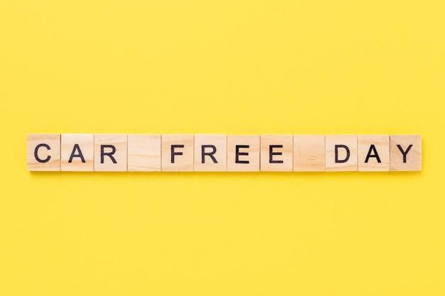 Dzień bez samochodu napisany na drewnianych kostkach na żółtym tle