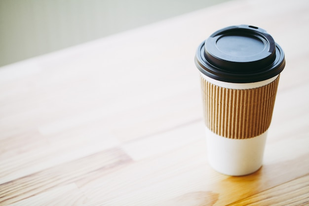 Dzień dobry, czas na kawę, kawa na wynos i fasola na drewnianym tle