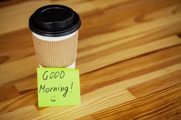 Dzień dobry, czas na kawę, kawa na wynos i fasola na drewnianym
