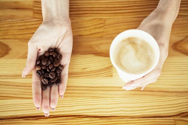 Dzień dobry. czas na kawę. kawa na wynos i fasola