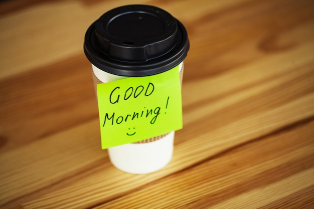 Dzień dobry. filiżanka kawy na wynos