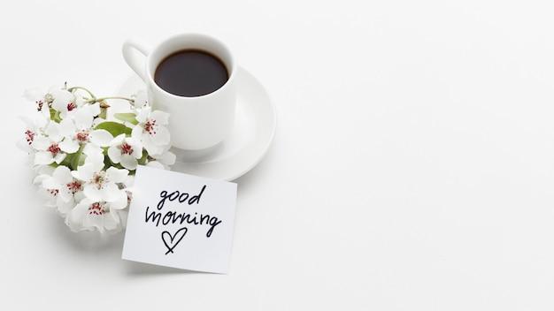 Dzień dobry filiżanka kawy z kwiatem