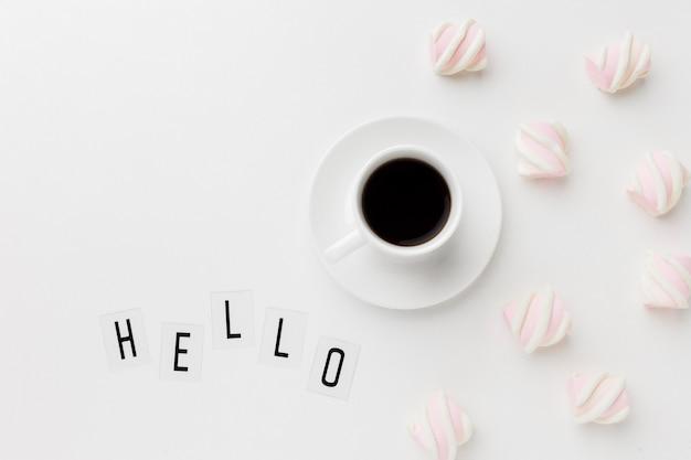 Dzień dobry filiżanka kawy ze słodką przekąską