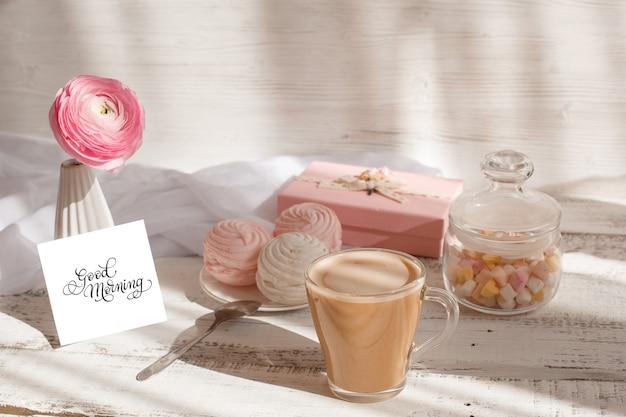 Dzień dobry kartka z życzeniami, filiżanka kawy, makaroniki i cukierki