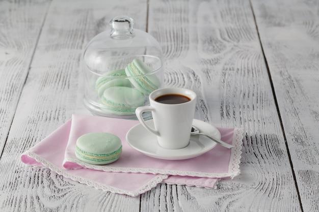 Dzień dobry koncepcja espresso i makaroniki