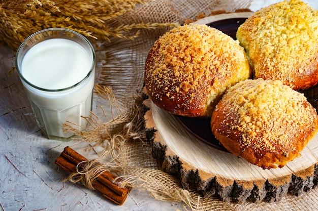 Dzień dobry kulinarne jedzenie w tle szklanka mleka i świeże wypieki na stole domowe bułeczki ...