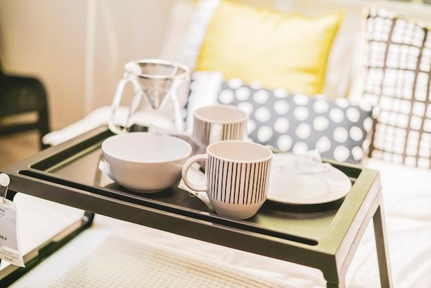 Dzień dobry obudzić concept.ood na stole w łóżku