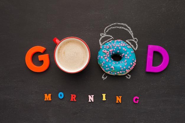 Dzień dobry wiadomość z kawą i pączkiem