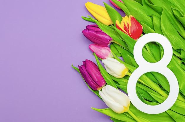 Dzień kobiet, 8 marca, gratulacje, kwiaty na kolorowym tle, miejsce na tekst. nadaje się na reklamę, pocztówki, gratulacje. skopiuj miejsce