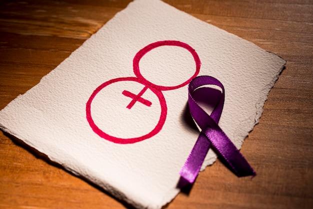 Dzień kobiet 8 marca i fioletowa wstążka na papierze