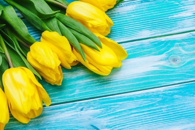 Dzień kobiet. bukiet tulipanów na drewnianych deskach