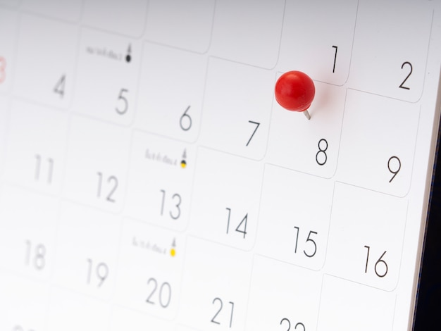 Dzień kobiet w kalendarzu z czerwoną pinezką.