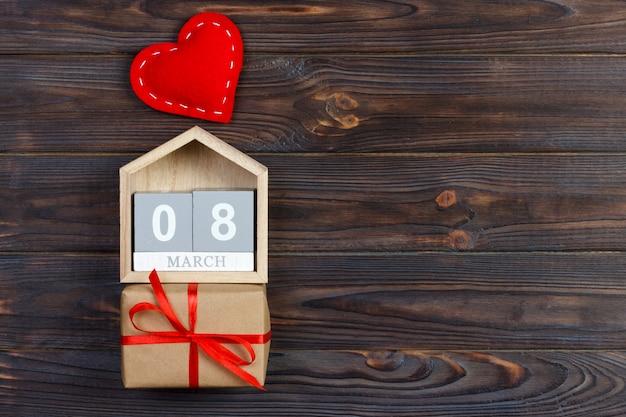 Dzień kobiet z ręcznie robionym małym tekstylnym sercem, kalendarzem i pudełkiem prezentowym
