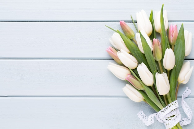 Dzień matki, dzień kobiet, wielkanoc, białe tulipany, prezenty na szaro