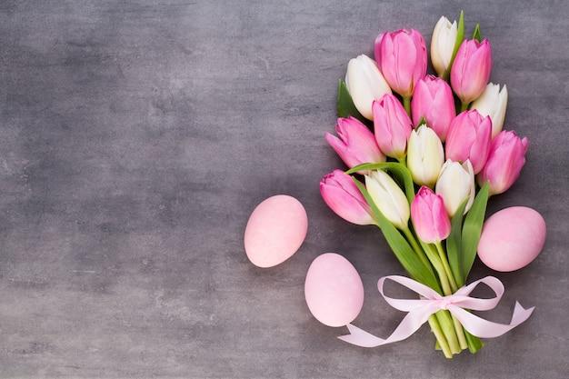 Dzień matki, dzień kobiet, wielkanoc, różowe tulipany, prezenty na szaro.