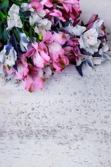 Dzień matki powierzchniowe kwiaty na białej powierzchni. widok z góry.