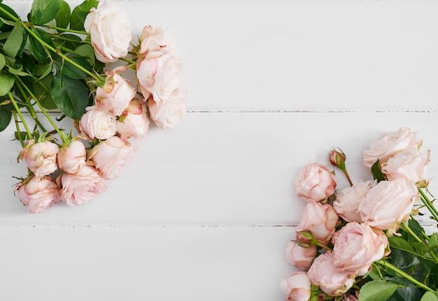 Dzień matki różowe róże na białej ścianie