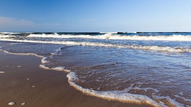 Dzień na wybrzeżu bałtyku, zimna woda w sierpniu, piękna przyroda