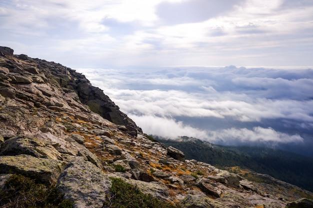 Dzień nad chmurami u góry