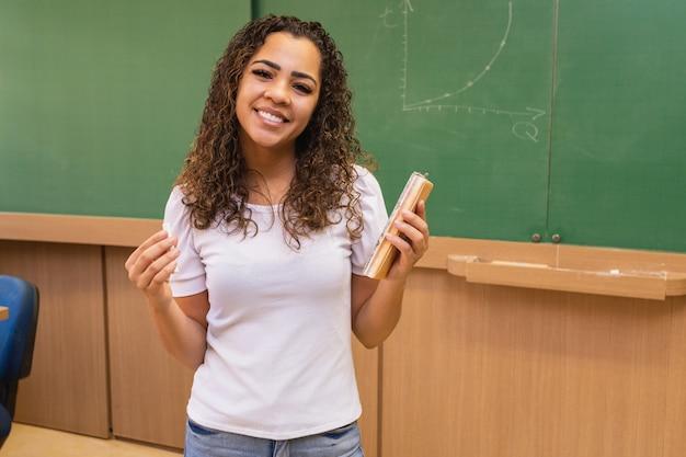 Dzień nauczyciela. uśmiechnięta młoda nauczycielka