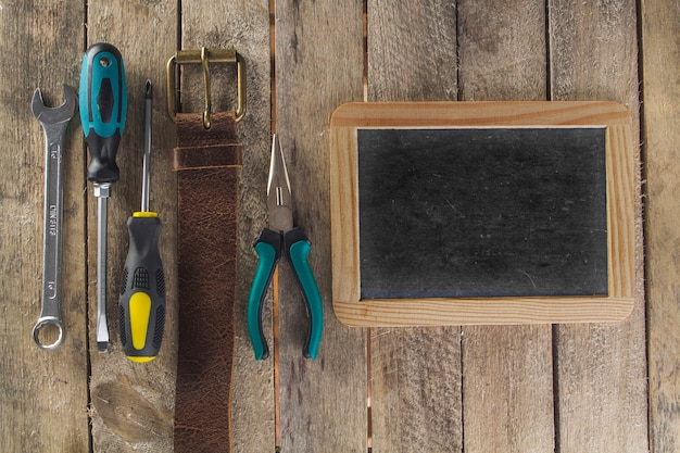 Dzień ojca kompozycja z czystym łupkiem i narzędziami