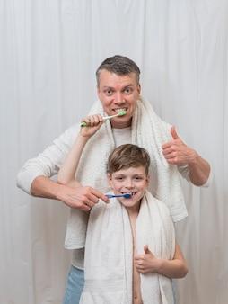 Dzień ojca myje zęby i czyści
