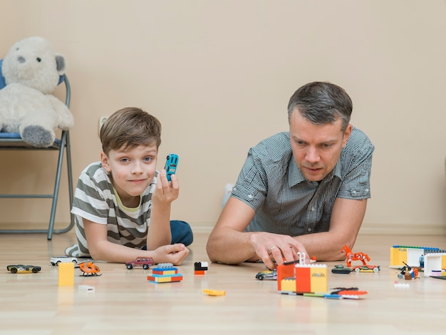 Dzień ojca tata i syn bawią się klockami lego