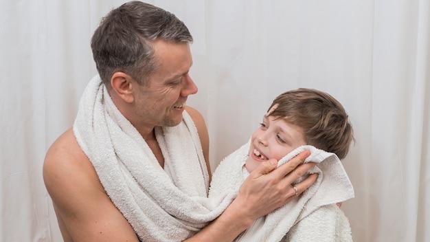 Dzień ojca tata i syn myją się