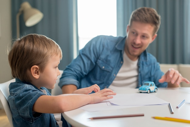 Dzień ojca tata i syn siedzący przy stole