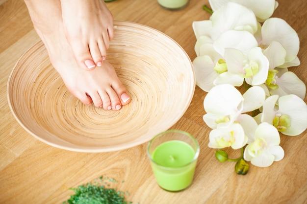 Dzień pedicure. opanuj profesjonalne narzędzia podczas wykonywania pedicure.