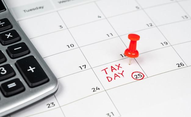 Dzień podatkowy zapisany w kalendarzu z czerwoną pinezką.