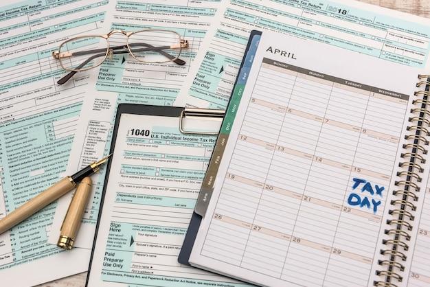 Dzień podatku tekstowego w notatniku z formularzem 1040.