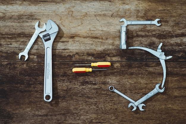 Dzień pracy. narzędzia budowlane z miejscem na kopię