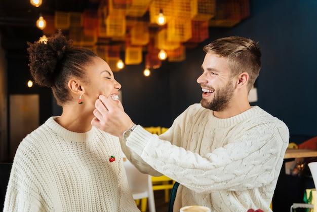 Dzień razem. młoda para ładny uśmiechnięty szeroko, spędzając razem dzień śniadanie w kawiarni