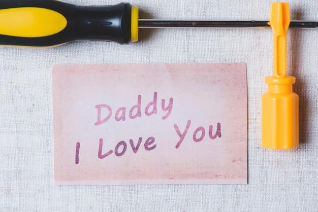 Dzień skład ojca z miłą wiadomość i śrubokręty